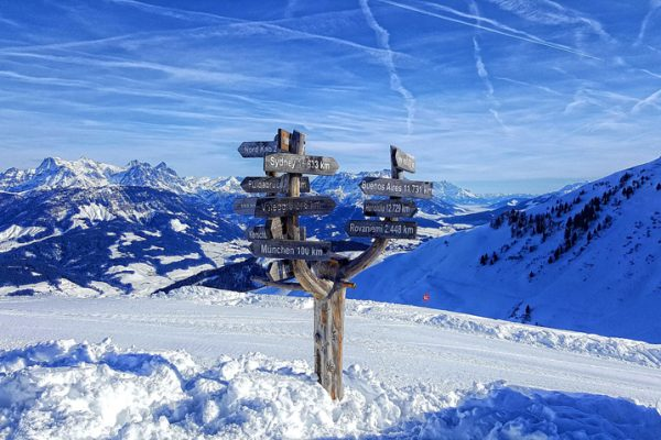 picture of a ski slope and mountains illustrating the blog article about the 2019 CSR trends